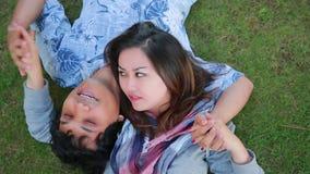 Jeunes couples détendant en parc banque de vidéos