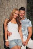 Jeunes couples détendant en stationnement Photos stock