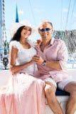 Jeunes couples détendant en voyage de bateau Image stock