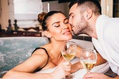 Jeunes couples détendant ensemble et vin blanc potable Photographie stock