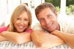 Jeunes couples détendant ensemble sur le sofa Images stock