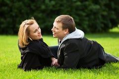 Jeunes couples détendant sur la nature Images stock