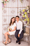 Jeunes couples détendant sur Sofa Together At Home photo stock