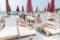 Jeunes couples détendant sur Sunny Beach Resort Patio Image stock