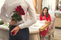Jeunes couples dînant romantique dans les roses de surprise de restaurant et l'anneau de proposition Image libre de droits