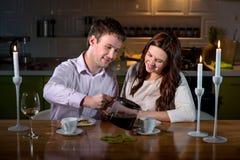 Jeunes couples dînant romantique sur la table de dîner à la maison Image stock