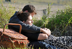 Jeunes couples d'adolescent dans l'amour dans la campagne Photographie stock