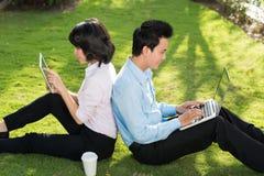 Jeunes couples d'affaires Photos stock