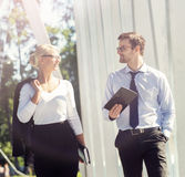 Jeunes couples d'affaires dans des vêtements formels fonctionnant dehors Photographie stock libre de droits