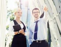 Jeunes couples d'affaires dans des vêtements formels fonctionnant dehors Photos stock