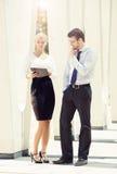 Jeunes couples d'affaires dans des vêtements formels fonctionnant dehors Photo stock