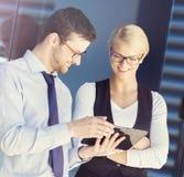 Jeunes couples d'affaires dans des vêtements formels fonctionnant dehors Photographie stock