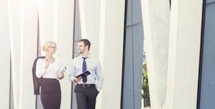 Jeunes couples d'affaires dans des vêtements formels fonctionnant dehors Image stock