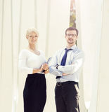 Jeunes couples d'affaires dans des vêtements formels fonctionnant dehors Images stock
