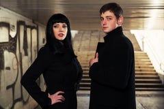Jeunes couples d'affaires dans un grunge au fond Images stock