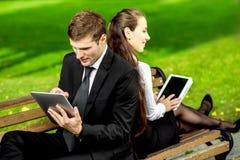 Jeunes couples d'affaires dehors Photos stock
