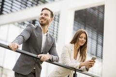 Jeunes couples d'affaires regardant le téléphone Photos libres de droits