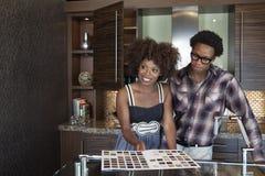 Jeunes couples d'Afro-américain à la nouvelle cuisine meublée Image stock