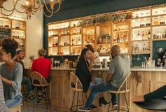 Jeunes couples d'Afro-américain ayant des boissons ensemble dans une barre Image stock