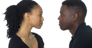 Jeunes couples d'Afro-américain regardant l'un l'autre Photographie stock libre de droits
