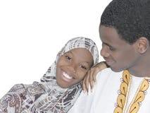 Jeunes couples d'Afro montrant l'amour et l'affection, d'isolement Image stock
