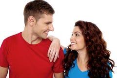 Jeunes couples d'amour admiratif, projectile de plan rapproché Image stock