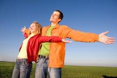 Jeunes couples d'amour appréciant le soleil Photo stock