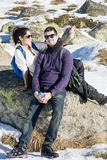 Jeunes couples d'amour dans la montagne d'hiver Amusement de l'hiver Photographie stock libre de droits