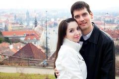 Jeunes couples d'amour dans la ville Prague Image stock