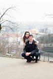 Jeunes couples d'amour dans la ville Prague Images stock