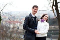 Jeunes couples d'amour dans la ville Prague Photo libre de droits
