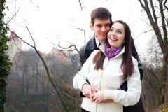 Jeunes couples d'amour dans la ville Prague Photos stock