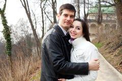 Jeunes couples d'amour dans la ville Prague Image libre de droits