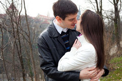 Jeunes couples d'amour dans la ville Prague Photo stock