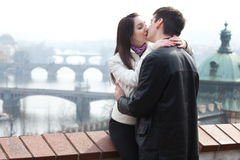 Jeunes couples d'amour dans la ville Prague Photographie stock libre de droits