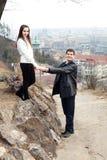 Jeunes couples d'amour dans la ville Prague Photos libres de droits