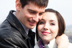 Jeunes couples d'amour dans la ville Prague Photographie stock