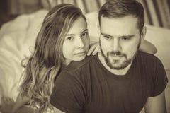 Jeunes couples d'amour dans le lit Image libre de droits