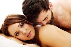 Jeunes couples d'amour dans le lit Images libres de droits
