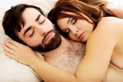 Jeunes couples d'amour dans le lit Photo libre de droits