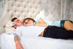 Jeunes couples d'amour dans le lit Fille se trouvant sur l'épaule du garçon Image stock