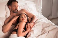 Jeunes couples d'amour dans le lit, scène romantique dans la chambre à coucher Image stock