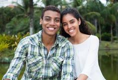 Jeunes couples d'amour dans les vacances Photo stock