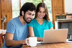 Jeunes couples d'amour de hippie à l'intérieur à l'ordinateur Images libres de droits