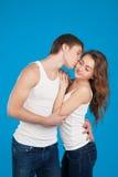 Jeunes couples d'amour embrassant et se tenant dans le studio Images libres de droits
