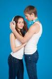 Jeunes couples d'amour. Garçon mettant sur des écouteurs, musique de écoute dedans Image libre de droits