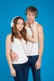 Jeunes couples d'amour. Garçon tenant la fille. écouteurs de port, listeni Image stock