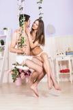 Jeunes couples d'amour se reposant sur l'oscillation Images libres de droits