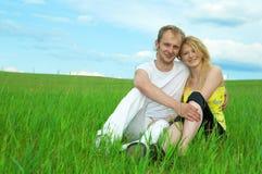 Jeunes couples d'amour souriant dans le domaine Images stock