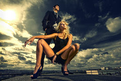 Jeunes couples d'amour souriant sous le ciel bleu Photos stock